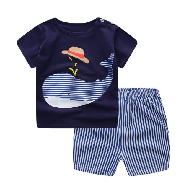 Conjunto de ropa de verano con divertidos estampados variados